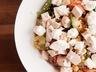 Obilný salát s kuřetem, cuketou a kozím sýrem
