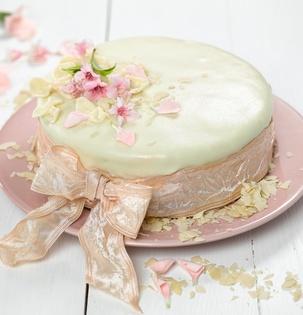 Jogurtový dort s broskvemi potažený mandlovou hmotou