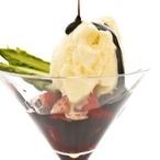 Chřestová zmrzlina s marinovanými jahodami