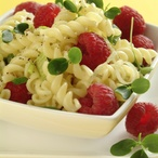 Těstovinový salát s malinami