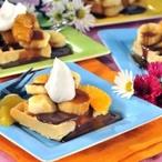 Vafle s ovocem a karamelovým přelivem