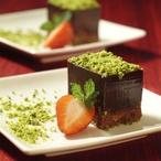 Čokoládové kostky s pistáciemi a jahodami
