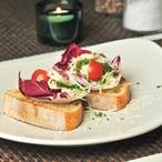 Bruschetta zdobená mozzarellou a bazalkovým pestem
