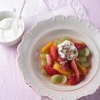 Ovocný salát s řeckým jogurtem a semínky