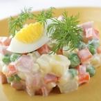 Salát z brambor, šunkového salámu a polníčku