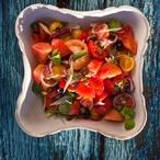 Rajčatový salát s cibulkou, kapary a olivami
