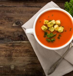 Rajská polévka s fetou a krutony