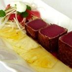 Řezy z tuňáka na ananasu