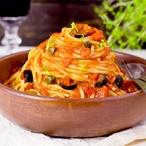 Špagety s rajčaty a olivami (alla putanesca)