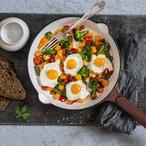 Opečené brambory s haloumi a ztraceným vejcem