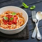 Těstoviny s rajčaty, bazalkou a piniovými semínky