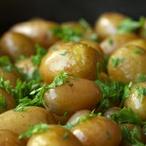 Brambůrky se zelenou salsou