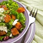 Salát s kaki a kozím sýrem