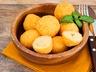Sýrové krokety s omáčkou romesco
