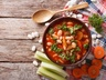 Podzimní polévka se zelím, fazolemi a zeleninou