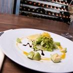 Trhaný salát s avokádem a pikantním medovým dresingem