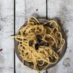 Linguine s ančovičkami, kapary, olivami a strouhankou