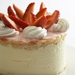 Listový dort s jemným krémem a jahodami