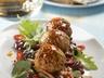 Pikantní vepřové knedlíčky s fazolovým salátem