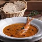 Mořská polévka s rajčaty a chlebem