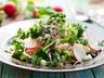Rychlý teplý salát z hrášku a ředkviček s kešu oříšky