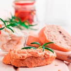 Pomazánka se sušenými rajčaty, kozím sýrem a rozmarýnem