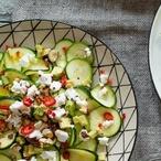Pikantní cuketový salát s avokádem a kozím sýrem