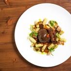 Dušené srnčí kolínko s jeřabinami, bramborové gnocchi s petrželkou, růžičková kapusta a černý kořen