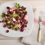 Pečená červená řepa na salátu s kozím sýrem a ořechy