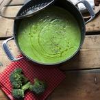 Brokolicová polévka s ořechy a kozím sýrem