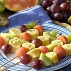 Špízy s melounem, hrozny a sýrem