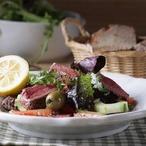 Grilované roštěnky se salátem