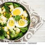 Ostrý brokolicový salát s vejcem