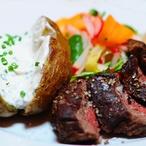 Steak z hovězího pupku na salátě z pažitkovým dipem