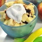 Jablkový salát se sýrem, rozinkami a ořechy